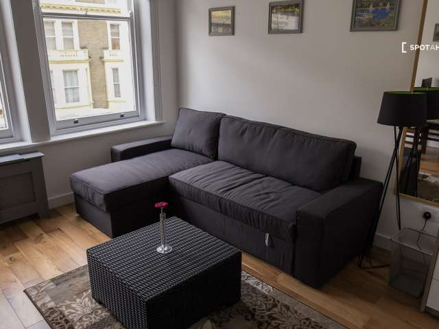 Bright studio flat to rent in Kensington and Chelsea, London