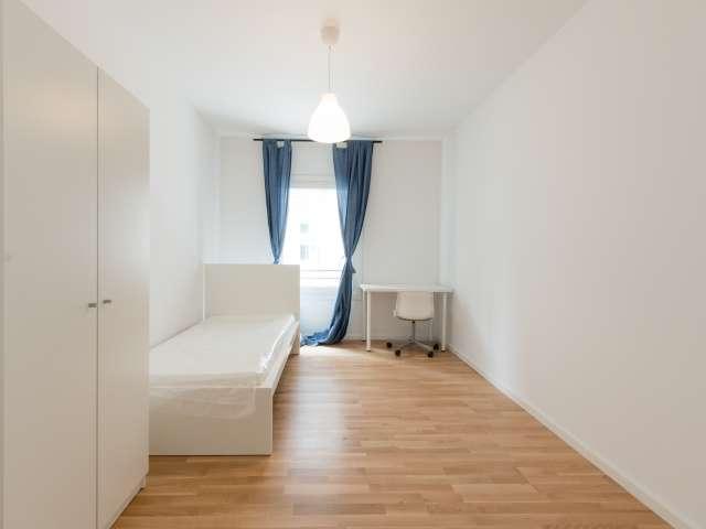 Möbliertes Zimmer in 7-Zimmer-Wohnung in Mitte, Berlin