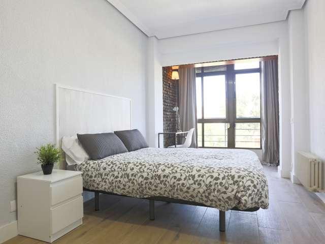 Room for rent in 8-bedroom apartment in Pirámides, Madrid