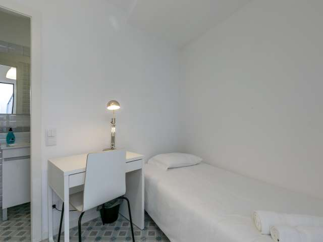 Cosy room for rent in 12-bedroom house in Campo de Ourique