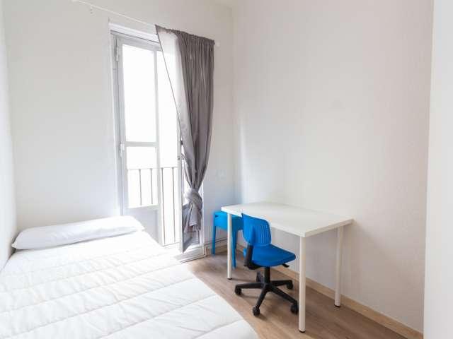 Acogedora habitación en un apartamento de 8 dormitorios en Puerta del Sol, Madrid