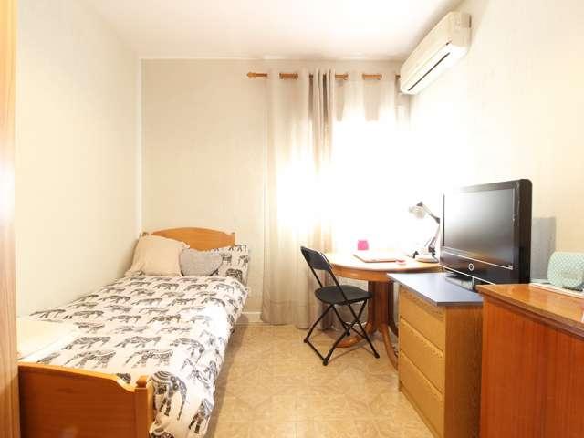 Bright room in 4-bedroom apartment Puente de Vallecas Madrid