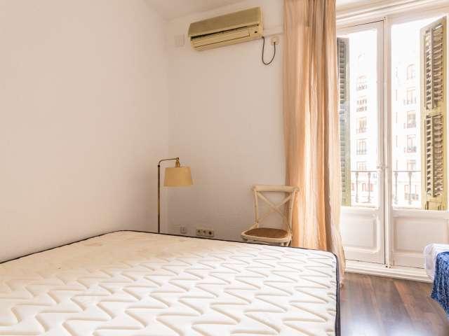 Chambre extérieure dans un appartement partagé à Malasaña, Madrid