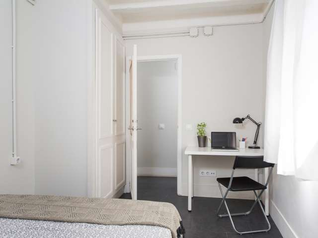 Inviting room in 5-bedroom apartment Barri Gòtic, Barcelona