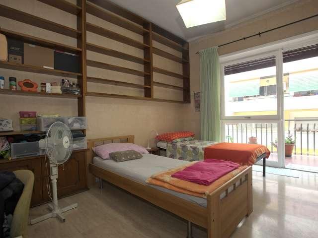 Camera arredata in appartamento Appio Latino, Roma