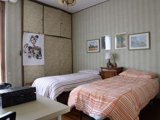 Beautiful room in 3-bedroom apartment in Lorenteggio, Milan