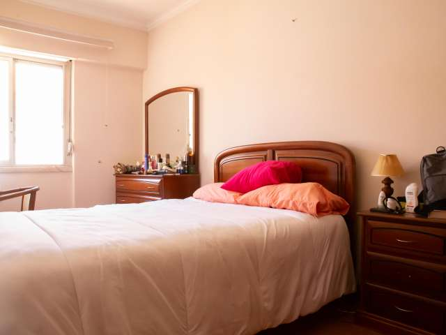 Sweet room to rent in 3-bedroom apartment, Campolide, Lisbon