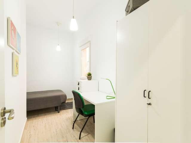 Ample room in 5-bedroom apartment in Madrid Río, Madrid