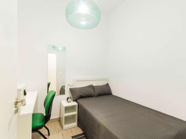 Relaxing room in 5-bedroom apartment in Madrid Río, Madrid