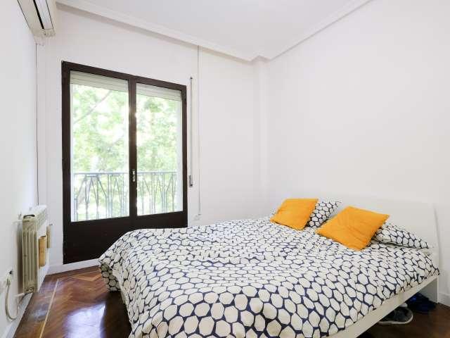 Habitación ordenada en apartamento de 3 dormitorios en Salamanca, Madrid.