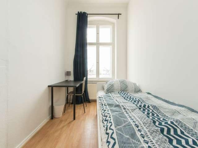 Ordentliches Zimmer zur Miete in Wohnung mit 5 Schlafzimmern in Berlin