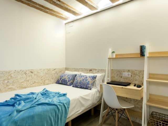 Room for rent in 3-bedroom apartment in El Born, Barcelona
