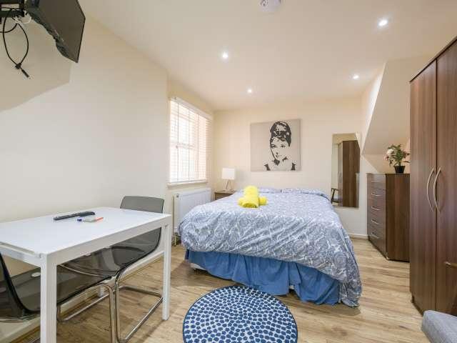 Modern studio flat to rent in Cricklewood, London