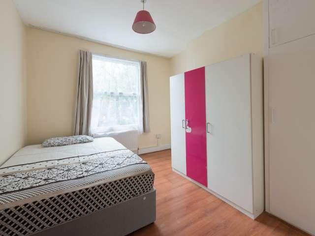 Large room in 5-bedroom flat in Tottenham, London