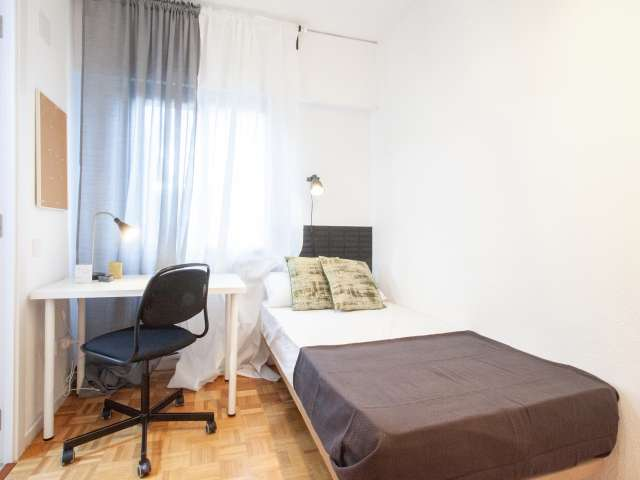 Room with bathroom to rent in 10 bed flat in  Ciudad Lineal