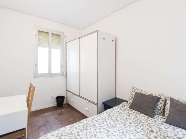 Ideales Zimmer in 4-Zimmer-Wohnung in Latina, Madrid