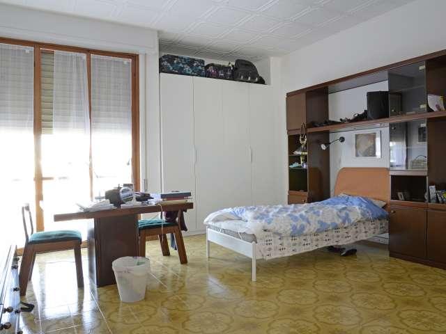 Spacious room in 3-bedroom apartment in Lorenteggio, Milan