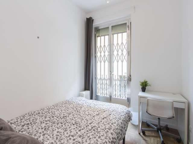 Möbliertes Zimmer in einer 4-Zimmer-Wohnung in Latina, Madrid