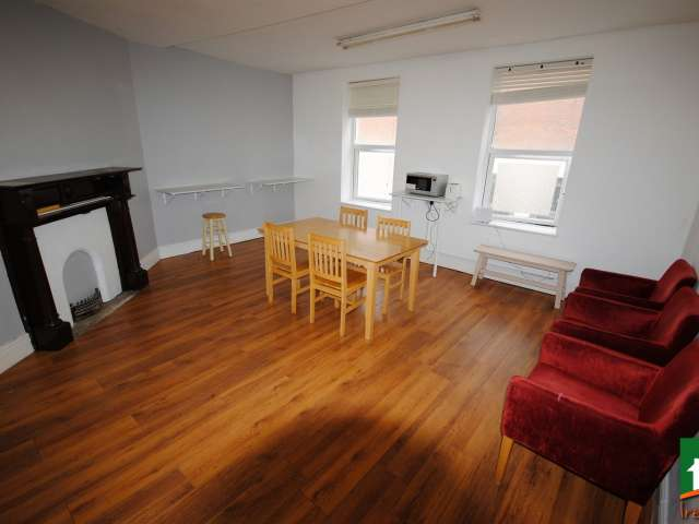 Beds for rent in shared room in 6-bedroom flat in Smithfield