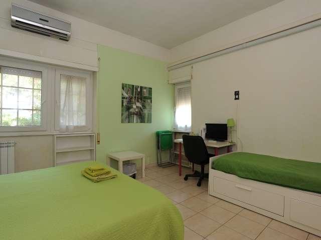 Ampia camera in appartamento con 4 camere da letto in EUR, Roma