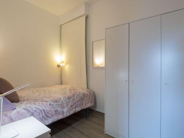 Room for rent in 4-bedroom apartment in Eixample Dreta