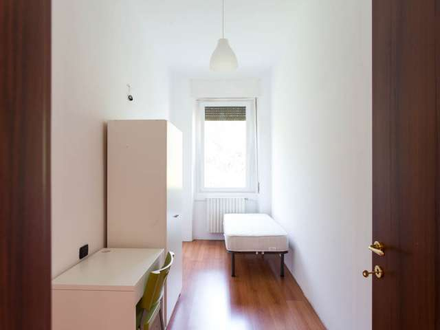 Bright room for rent in 5-bedroom apartment in Affori, Milan