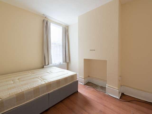 Lovely room in 5-bedroom flat in Tottenham, London