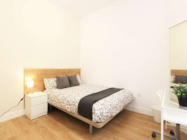 Relaxing room in 8-bedroom apartment in Retiro, Madrid