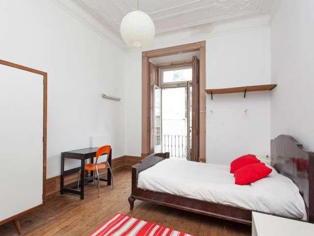 Quarto para alugar em apartamento com 12 quartos em Arroios, Lisboa.