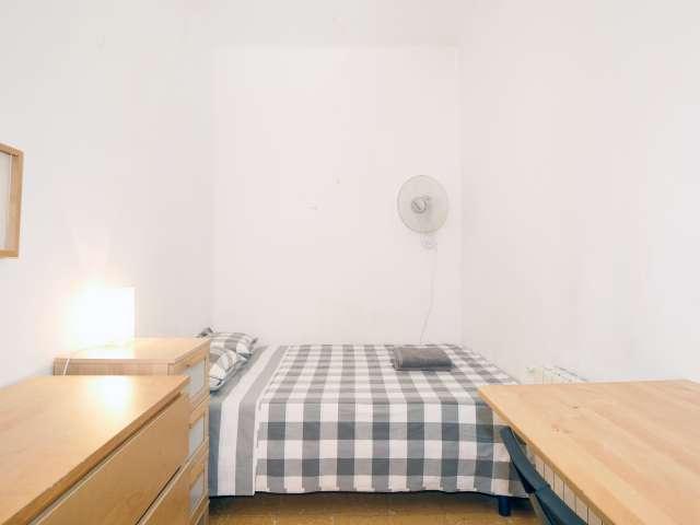 Furnished room in 3-bedroom apartment in Gràcia, Barcelona