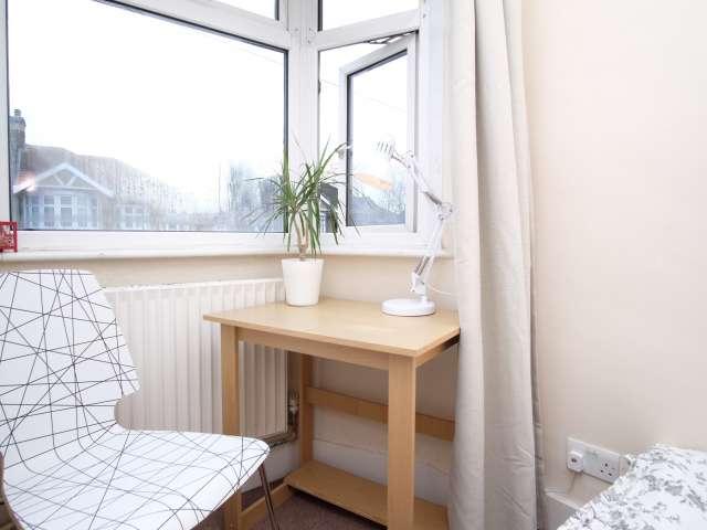 Sonnige Zimmer zu vermieten in Redbridge, London