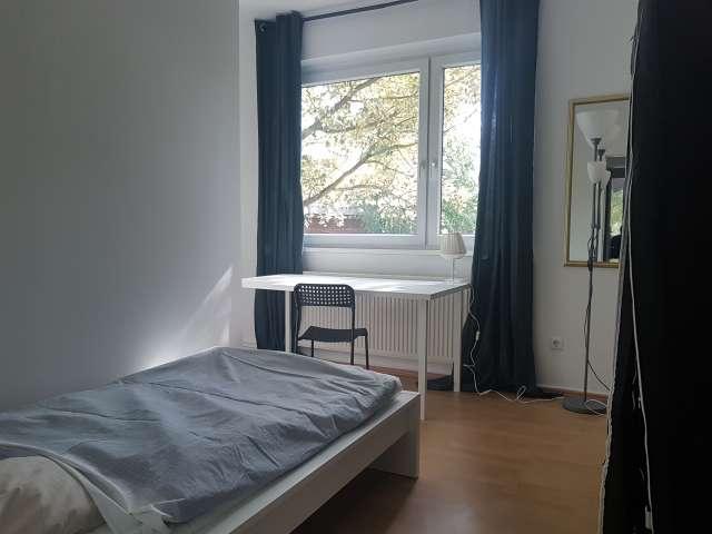Möbliertes Zimmer in 3-Zimmer-Wohnung in Mitte