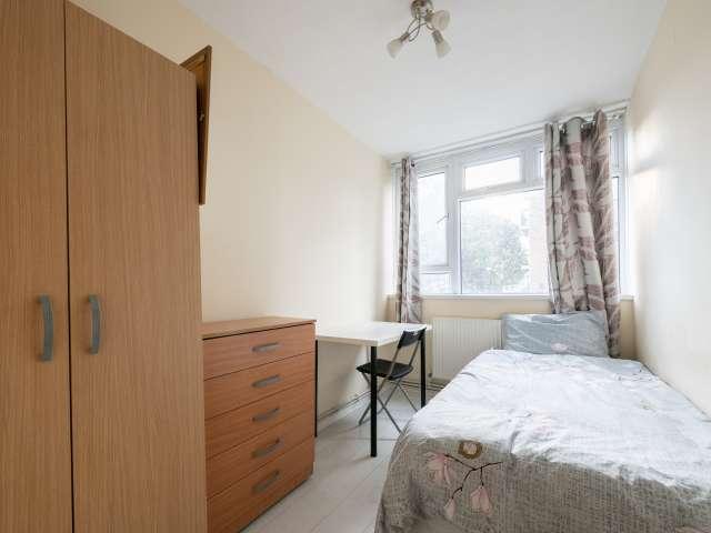 Spacious room in 4-bedroom flatshare, Tower Hamlets, London