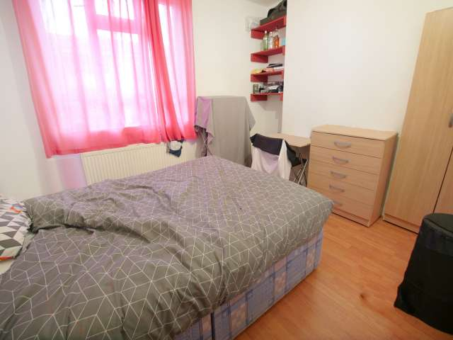 Room to rent in 6-bedroom flatshare in Tower Hamlets, London