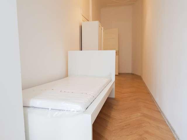 Renoviertes Zimmer zur Miete in 6-Zimmer-Wohnung in Neukölln