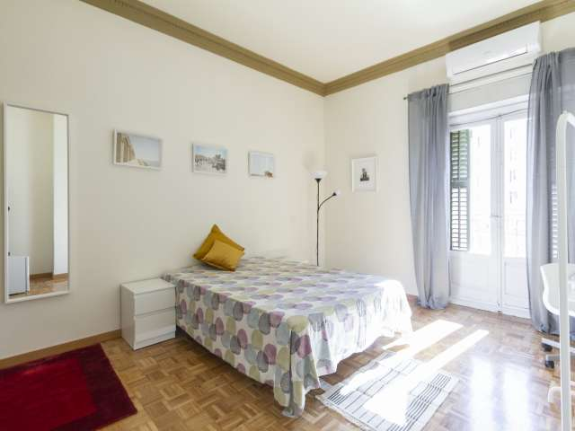 Sonniges Zimmer zu vermieten, 11-Zimmer-Wohnung, Malasaña Madrid