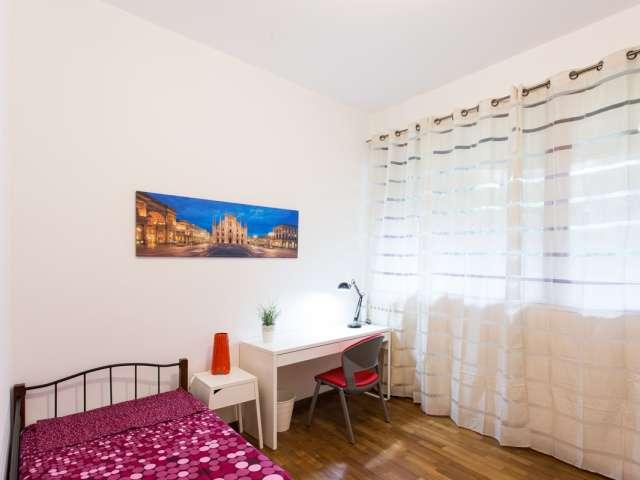 Luminosa camera in appartamento con 4 camere da letto, Stazione Centrale, Milano