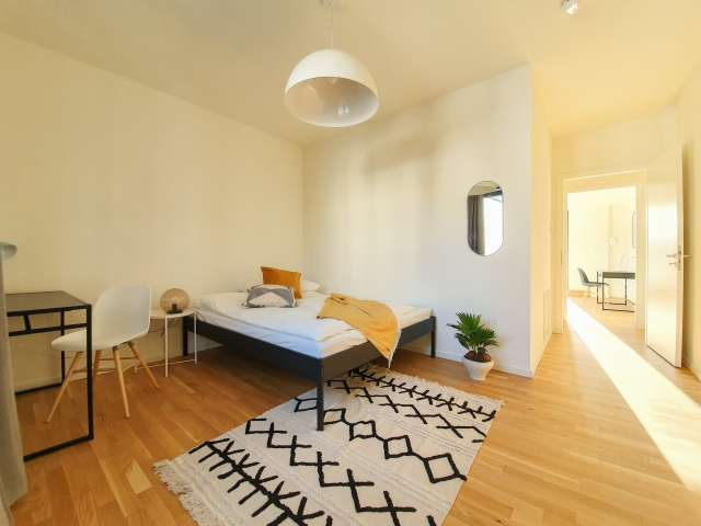 Gemütliches Zimmer zur Miete in einer Wohnung mit 5 Schlafzimmern, Mitte