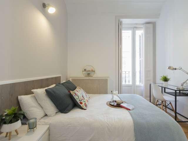 Light room in 9-bedroom apartment in Retiro, Madrid
