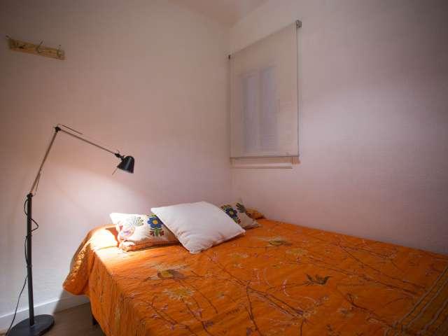 Room for ren tin 3-bedroom apartment in Gràcia, Barcelona