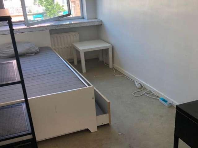 Camera in appartamento con 5 camere da letto a Koekelberg, Bruxelles