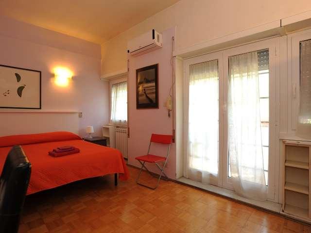 Chambre spacieuse dans un appartement de 4 chambres à EUR, Rome