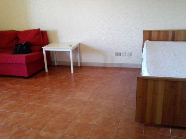 Luminosa camera in appartamento con 3 camere da letto a Spinaceto