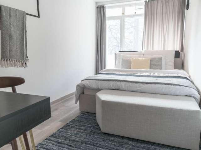 Zimmer zu vermieten in einer Wohnung mit 3 Schlafzimmern in Charlottenburg