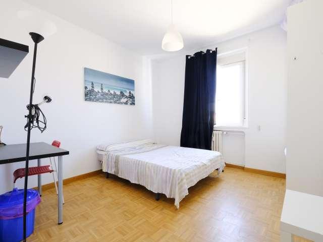 Spacieuse chambre dans un appartement de 4 chambres à coucher à Latina, Madrid