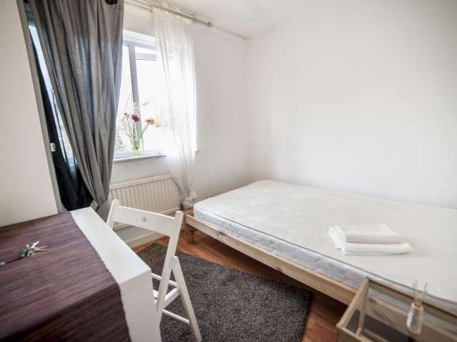 Großes Zimmer in 6-Zimmer-Wohnung in Plaistow, London