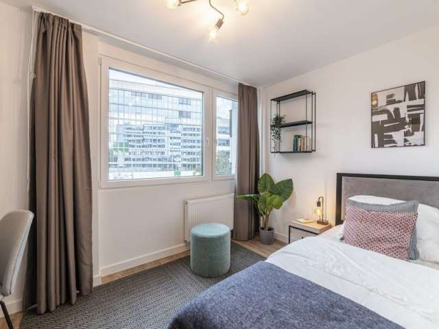 Zimmer zu vermieten in einer Wohnung mit 3 Schlafzimmern in Berlin