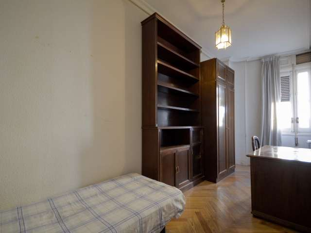 Bright room for rent in 13-bedroom apartment in Almagro