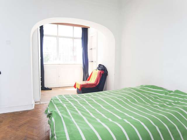 Spacious room for rent in 3-bedroom apartment in Alvalade