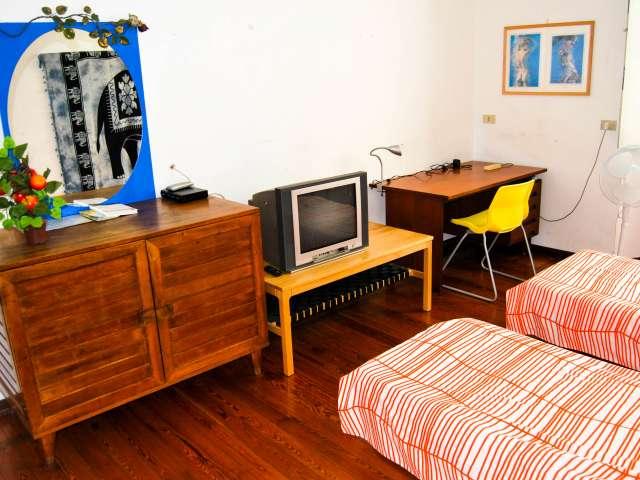 Camera da letto in affitto in appartamento con 3 camere da letto in affitto a Milano